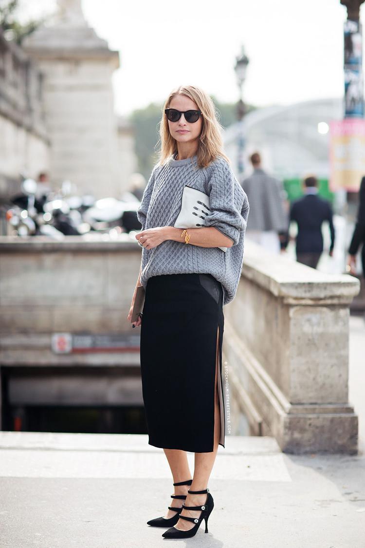 Học cô nàng này cách phối áo len nữ cùng chân váy xẻ tà đen sẫm màu đi cùng giày cao gót
