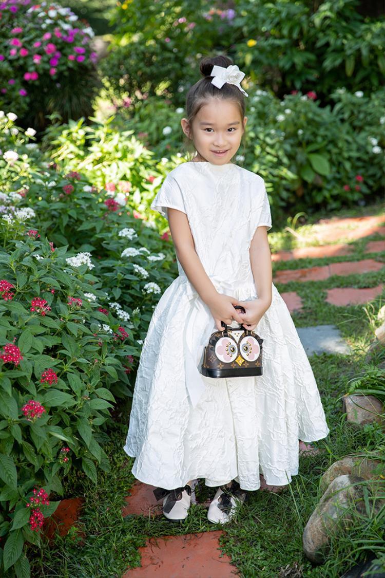 Con gái yêu trong chiếc đầm điệu đà như công chúa