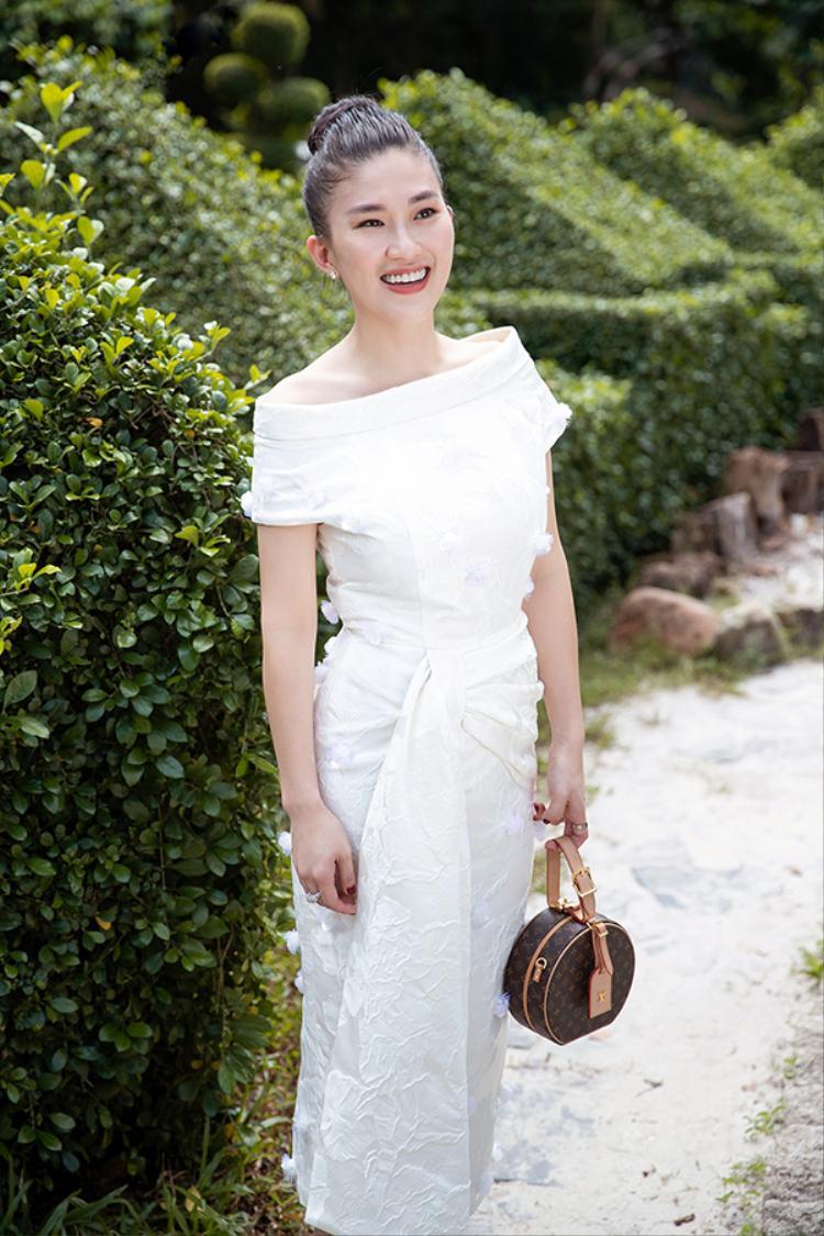 Tư vấn chọn váy đôi trắng muốt cho mẹ đẹp con xinh dạo phố mùa Giáng Sinh