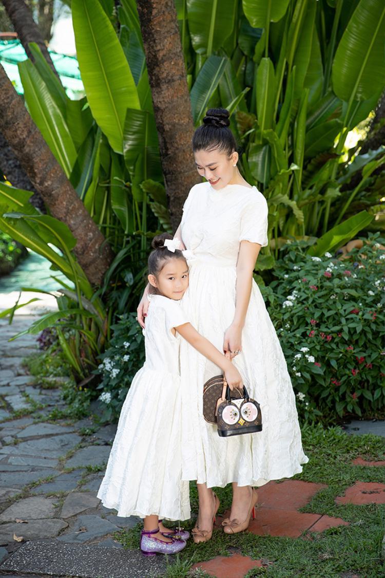 Sắc trắng xinh đẹp khiến mẹ con Hằng Châu thật nổi bật xinh tươi