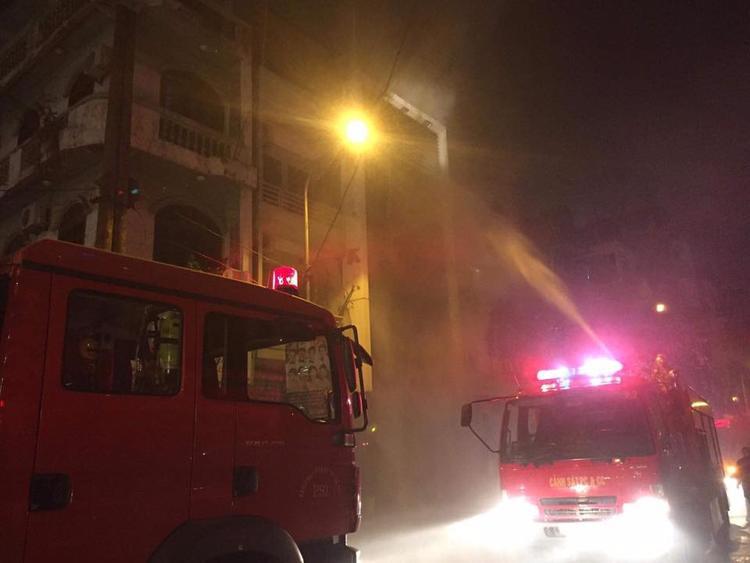 Lực lượng chức năng nỗ lực dập tắt đám cháy.