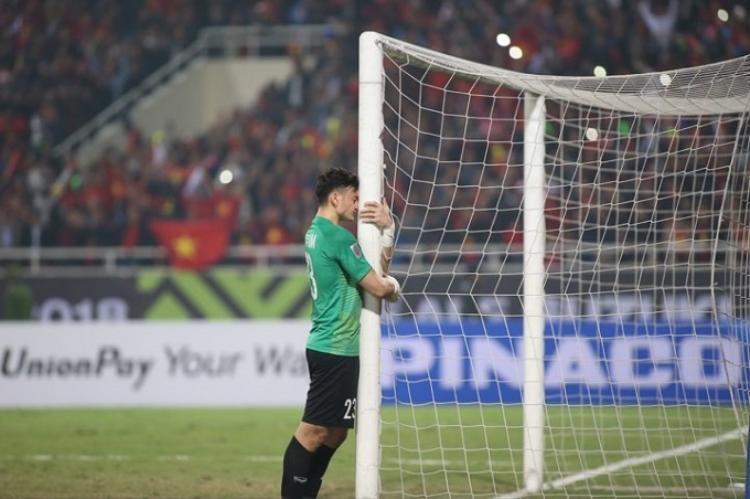 Tay thủ môn đã cứu vô vàn pha bóng hiểm, sau trận đấu chỉ đứng lặng đi ôm cầu môn và bật khóc nức nở.