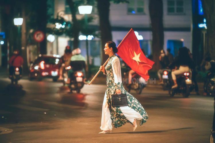 Cờ đỏ phấp phới trong tà áo dài, nghệ sĩ Chiều Xuân đã để lại khoảnh khắc đi bão không thể nào quên.