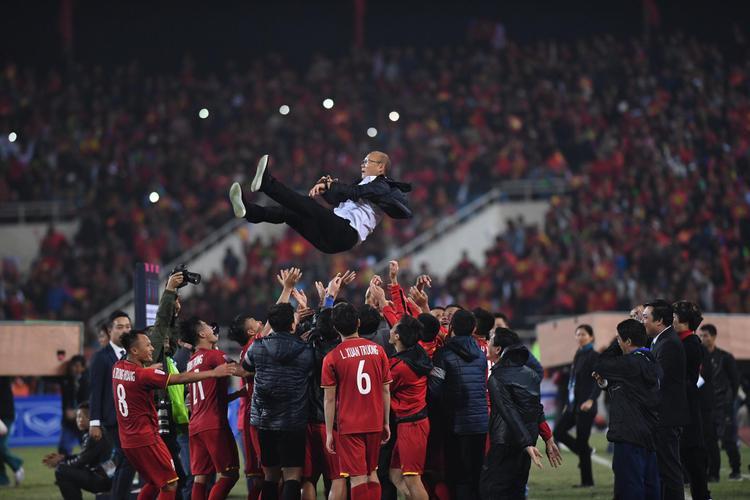 Những chân sút tung hô đội tuyển Park lên bầu trời, và hình ảnh Xuân Trường lặng về phía sau ngắm nhìn đồng đội.