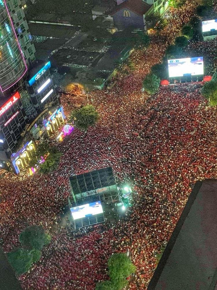 Dòng người TP.HCM đổ về con đường để chứng kiến trận đấu lịch sử. Ảnh: FB Thanh Tuyền.