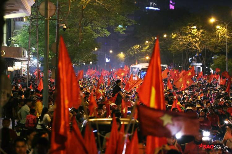 Dòng người đỏ rực những tuyến đường.