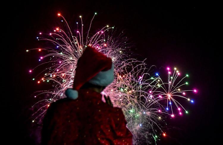 Pháo hoa rực sáng trên bầu trời trong một buổi lễ diễu hành dịp Giáng sinh ở thủ đô Panama City của Panama ngày 16/12. Ảnh: Getty