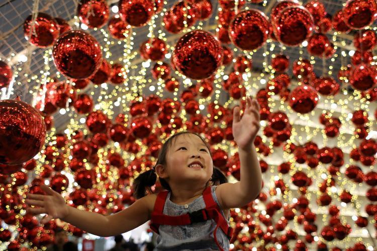 Bé gái mải mê ngắm đồ trang trí Giáng sinh tại trung tâm thương mại Emporium ở thủ đô Bangkok, Thái Lan. Ảnh: Reuters