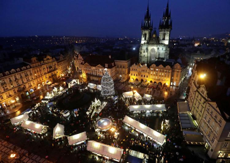 Một cây thông Noel được thắp sáng giữa khu chợ Giáng sinh truyền thống tại quảng trườngOld Town Square, Cộng hòa Séc. Ảnh: Reuters
