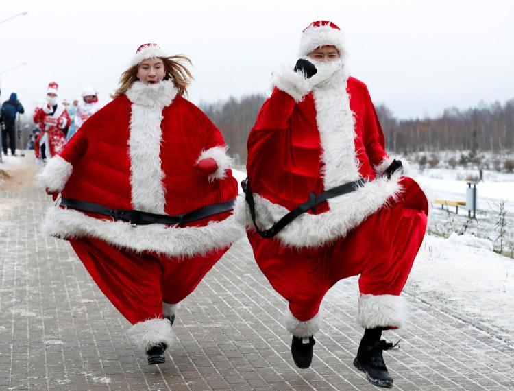 Người dân Belarus mặc trang phục ông già Noel chạy quanh hồ ở thủ đô Minsk khi tham gia sự kiện Santa Run lần đầu tiên được tổ chức ở quốc gia này hôm 15/12. Ảnh: Reuters