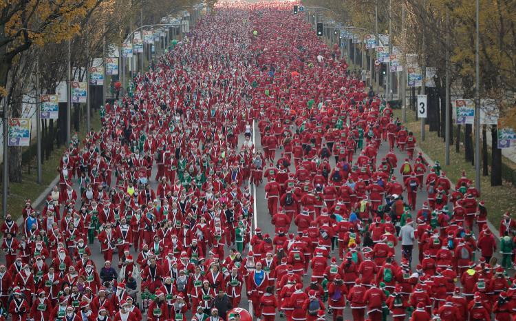 """Hàng nghìn người tham gia lễ hội """"Santa Claus"""" - cuộc thi chạy của các ông già Noel thường niên ở thủ đô Madrid của Tây Ban Nha ngày 9/12. Ảnh: AFP"""