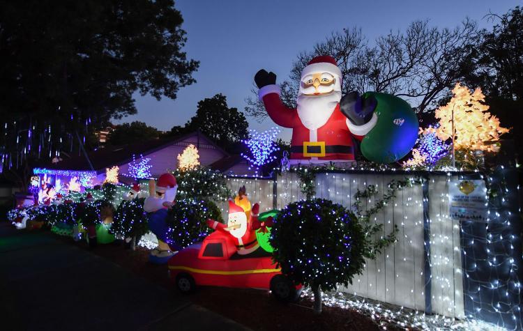Một ngôi nhà ở Magic Grove, Mosman thuộc bang New South Wales của Australia được trang hoàng rực rỡ với hàng nghìn ánh đèn đón Giáng sinh. Ảnh: Getty