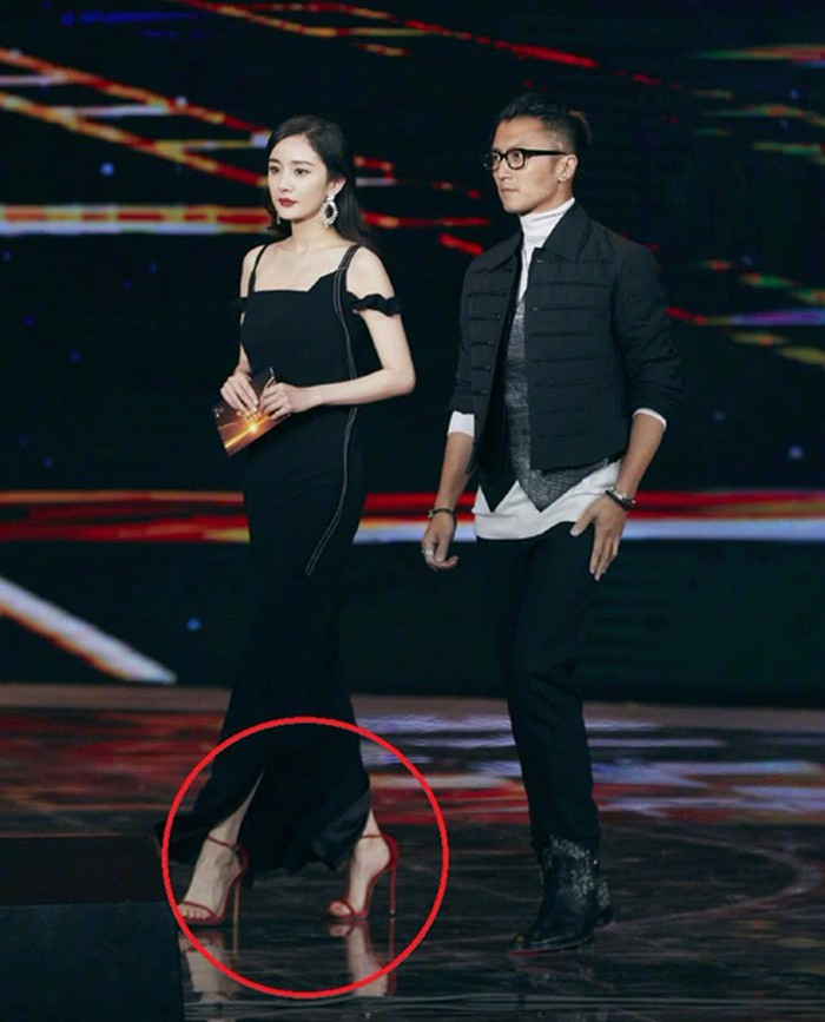 Nếu để ý kĩ, đôi cao gót đỏ này khá rộng so với chân cô nhưng không thể phủ nhận rằng nó rất hợp với phong cách ăn mặc của Dương Mịch.