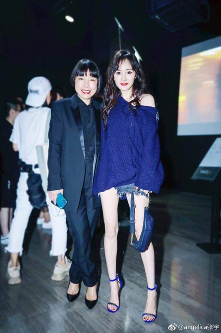 Hay là màu xanh dương đậm, cảm tưởng Dương Mịch có hàng trăm đôi giày cao gót quai mảnh này với nhiều kiểu màu sắc khác nhau