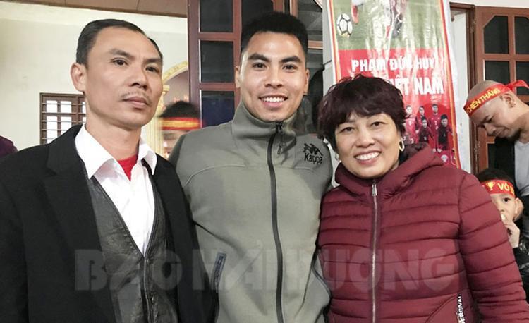 Nét rạng ngời của bố mẹ chàng cầu thủ hoàng tử từng đem lại bàn thắng tuyệt đẹp trong trận chung kết lượt đi AFF Cup 2018 vừa qua.