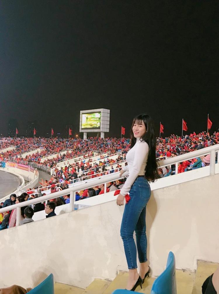 Yến Xuân cổ vũ cho Văn Lâm ở trận chung kết AFF Cup 2018.