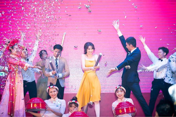 Cô nàng vui vẻ, hào hứng cùng loạt nghệ sĩ Việt.