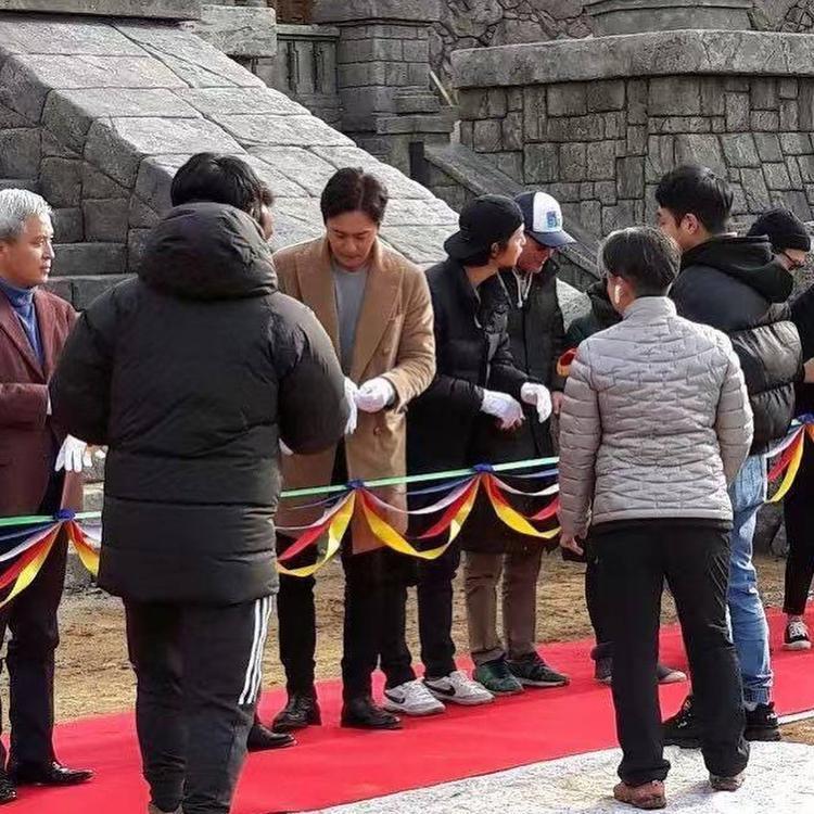 AsadalChronicles mất 8 tháng dựng bối cảnh, Song Joong Ki  Jang Dong Gun và Kim Ji Won có mặt tại buổi khai mạc