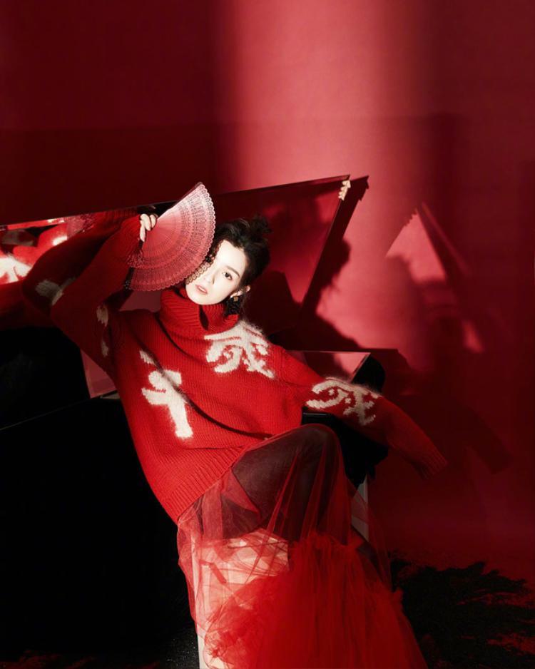 Trong bộ ảnh mới của nàng mỹ nhân Tân Cương với vẻ đẹp cuốn hút, hòa quyện giữa nét cổ điển và hiện đại