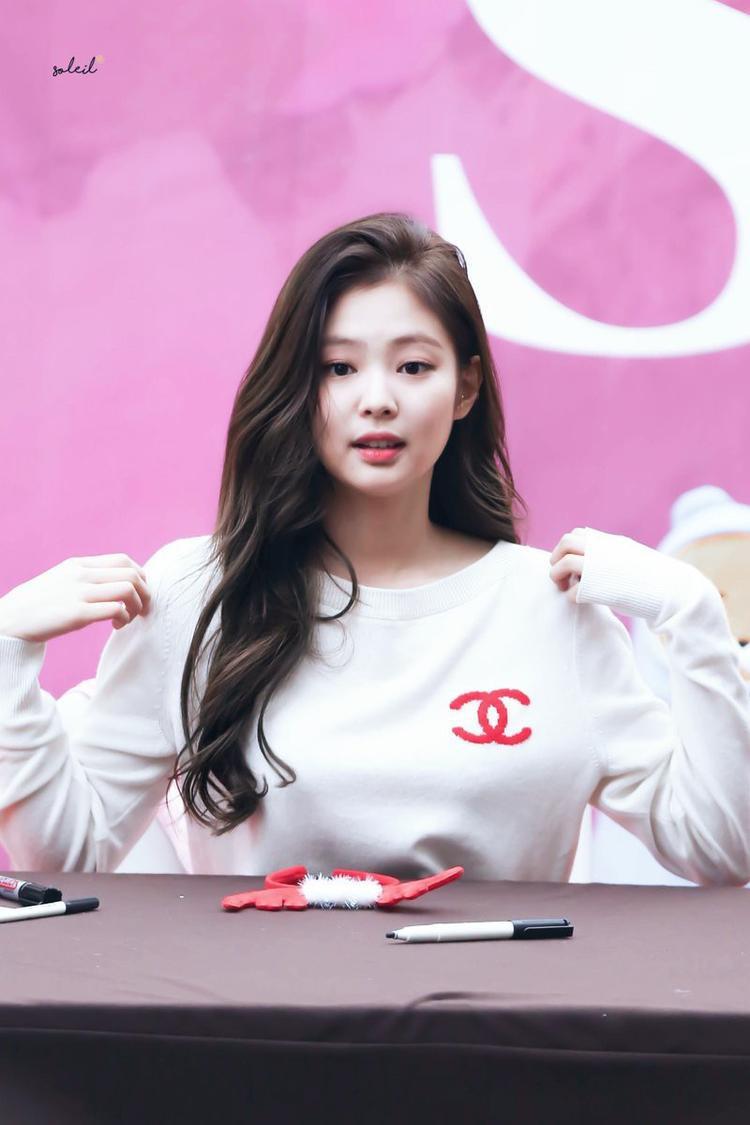 Trước đó thành viên xinh đẹp nhất nhì trong nhóm Black Pink - Jennie từng diện kiểu áo này trong một sự kiện
