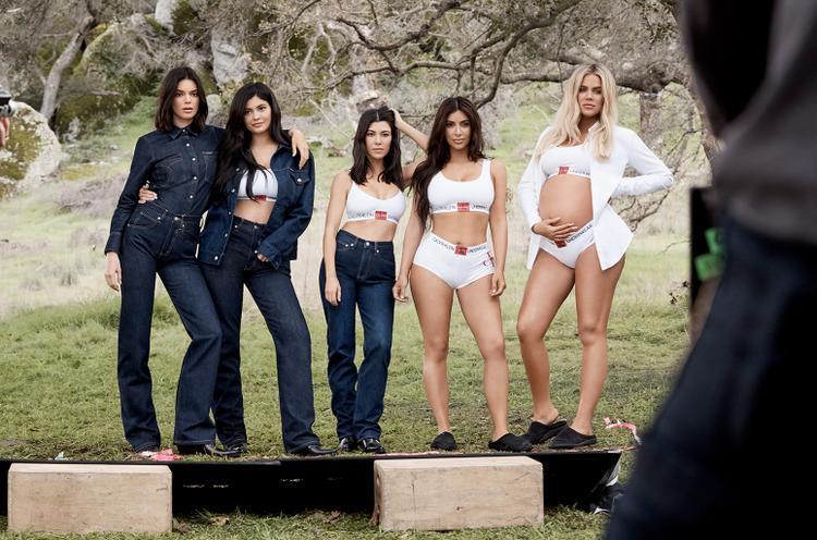 Chị em nhà Kardashian góp mặt trong chiến dịch quảng bá sản phẩm denim và đồ lót cho Calvin Klein vừa qua.