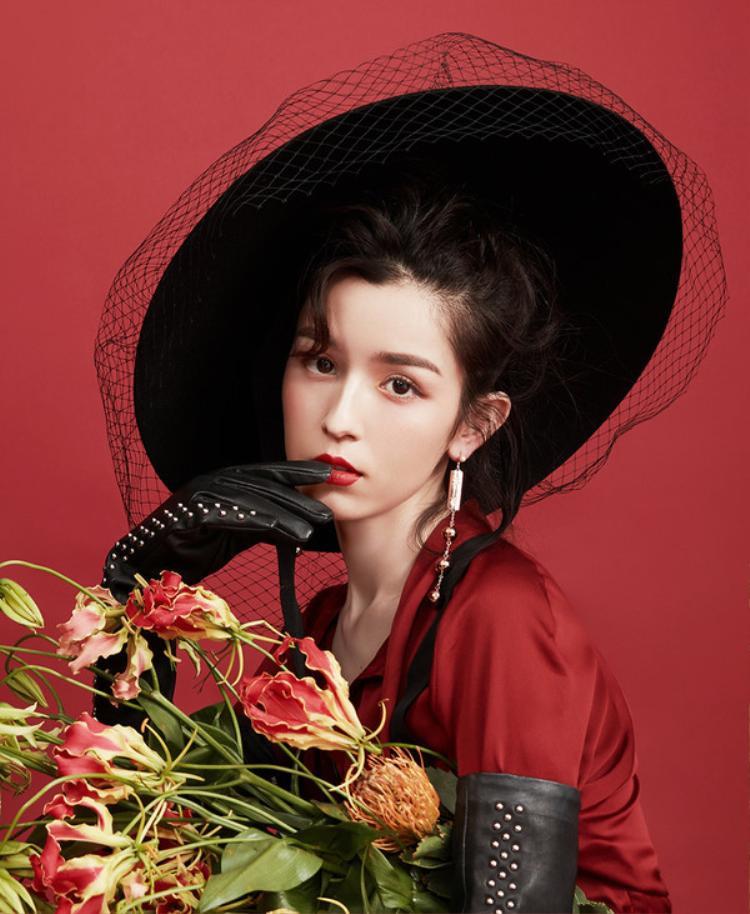 Nhan sắc quyến rũ, không góc chết của nàng mỹ nhân Tân Cương trong loạt ảnh thời trang mới. Với tông màu chủ đạo đen -đỏ - trắng hòa quyện.