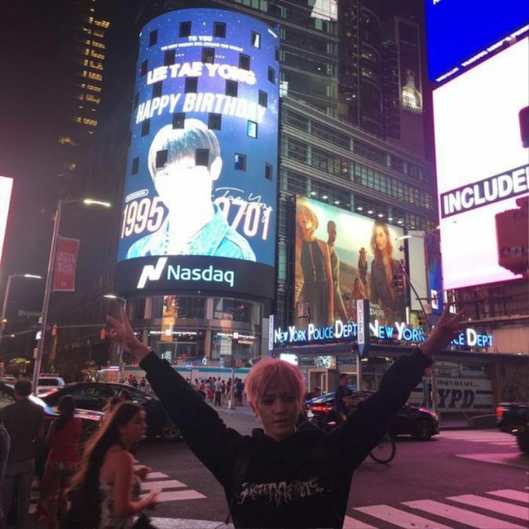 Vào sinh nhật thứ 23 của mình, Taeyong (NCT 127) cũng được tặng một món quà quý giá. Thậm chí, anh chàng còn đến tận nơi để cảm nhận niềm tự hào khi hình ảnh chính mình tỏa sáng rực rỡ tại Time Square.