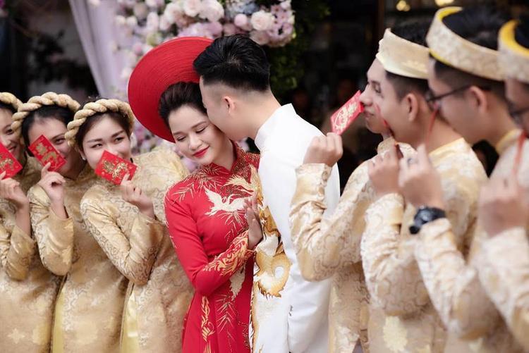 Chú rể trao cho cô dâu những hành động âu yếm Nữ nhà văn đình đám Huyền Trang Bất Hối lên xe hoa với người yêu cũ