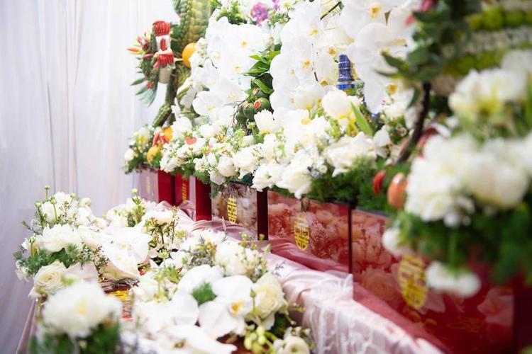 Tất cả hoa trang trí trong lễ ăn hỏi của Huyền Trang đều được sử dụng bằng hoa tươi