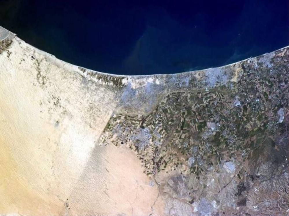 Biên giới giữa Ai Cập (trái) và Israel chụp từ Trạm vũ trụ không gian quốc tế (ISS). Đây là một trong số ít vùng biên giới có thể quán sát rõ từ vũ trụ. Phần dân cư dọc biển Địa Trung Hải là Dải Gaza.