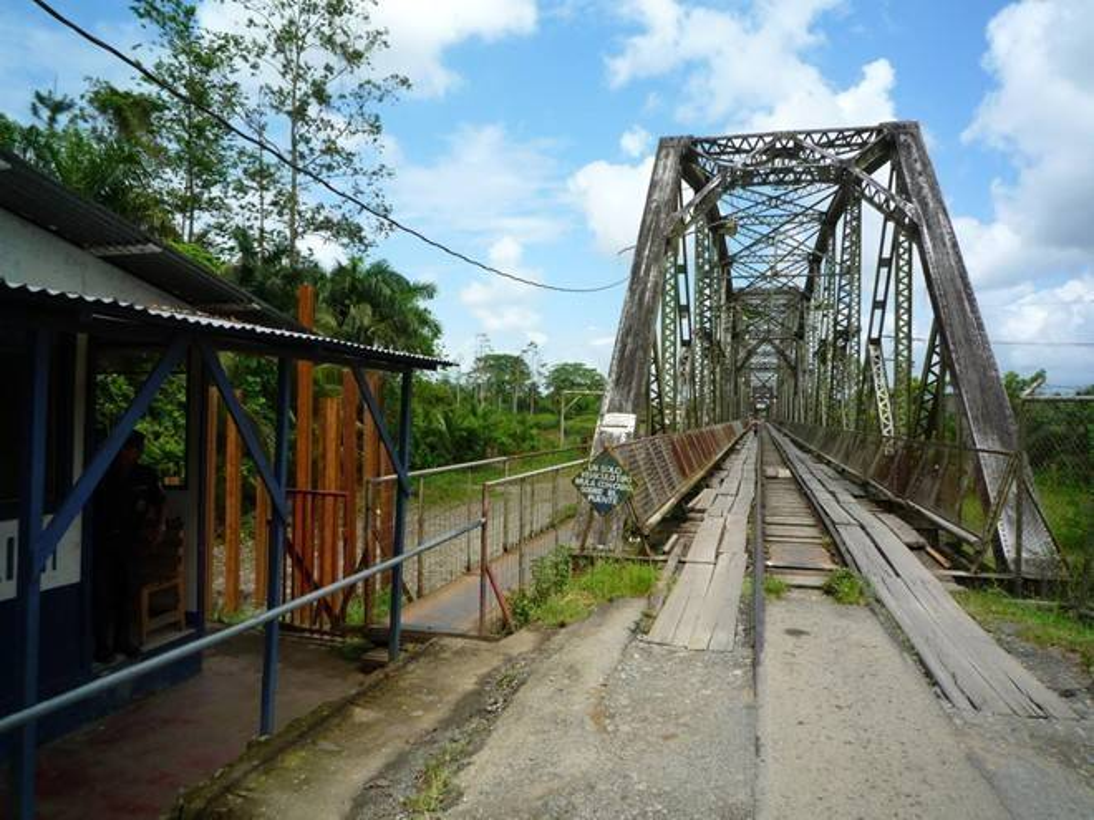 Biên giới giữa Costa Rica và Panama là chiếc cầu cũ trên sông Sixaola. Mỗi ngày, nhiều khách bộ hành và xe cộ sử dụng cây cầu này.