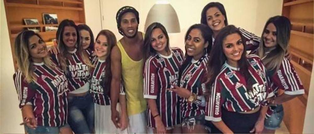 Hàng vạn fan chào đón Ronaldinho trong lễ ra mắt CLB mới