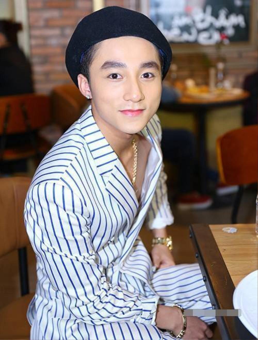 . Gần đây nhất, trong buổi ra mắt MV Âm thầm bên em, Sơn Tùng diện bộ vest kẻ sọc và gây ấn tượng bởi bộ trang sức lấp lánh ánh vàng gồm dây chuyền, lắc tay, nhẫn.
