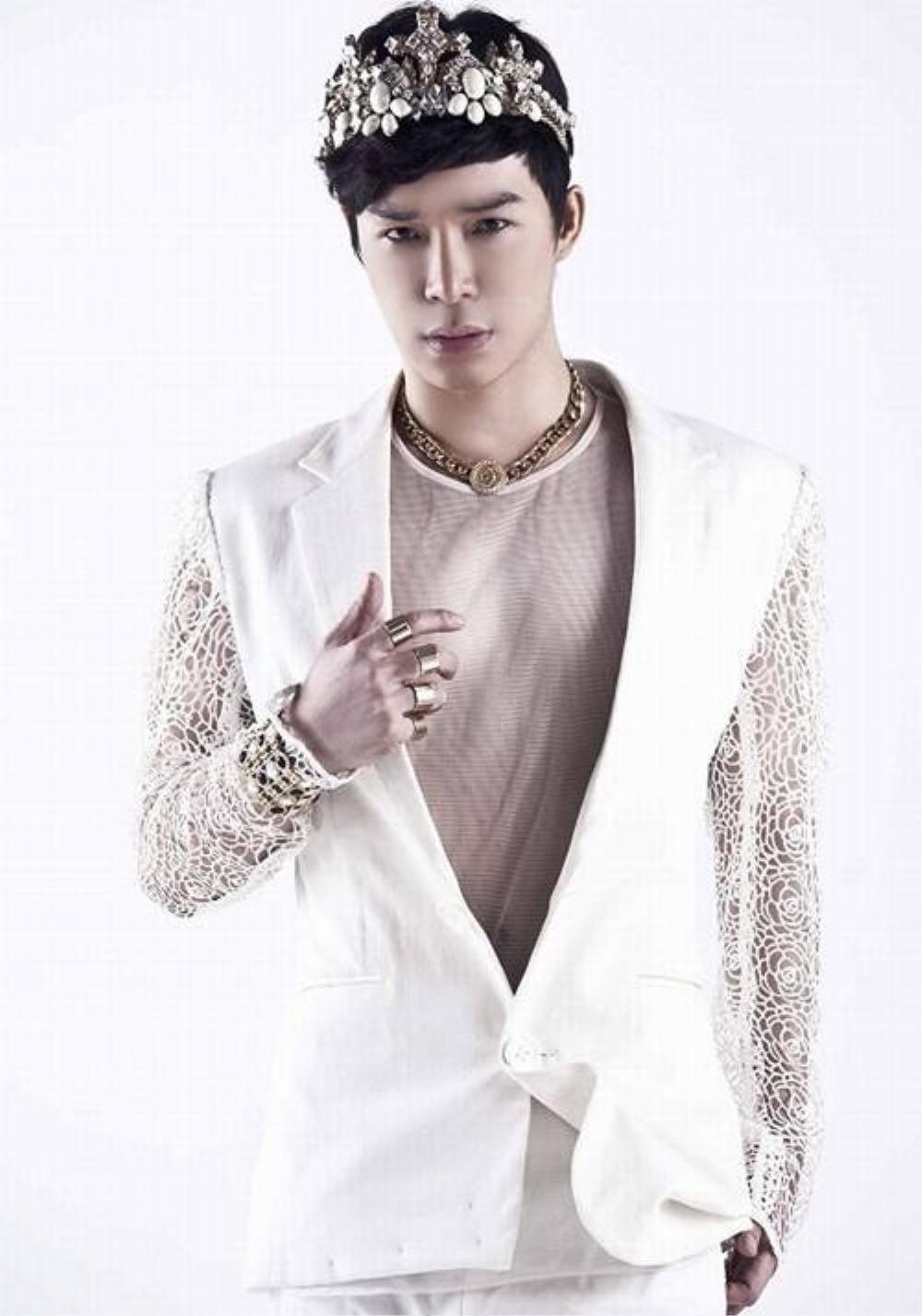 Xuất thân là người mẫu, Nathan Lee cũng là một trong những sao nam chịu chi cho hình ảnh. Bên cạnh quần áo, phụ kiện hay trang sức là những món đồ không thể thiếu của nam ca sĩ.