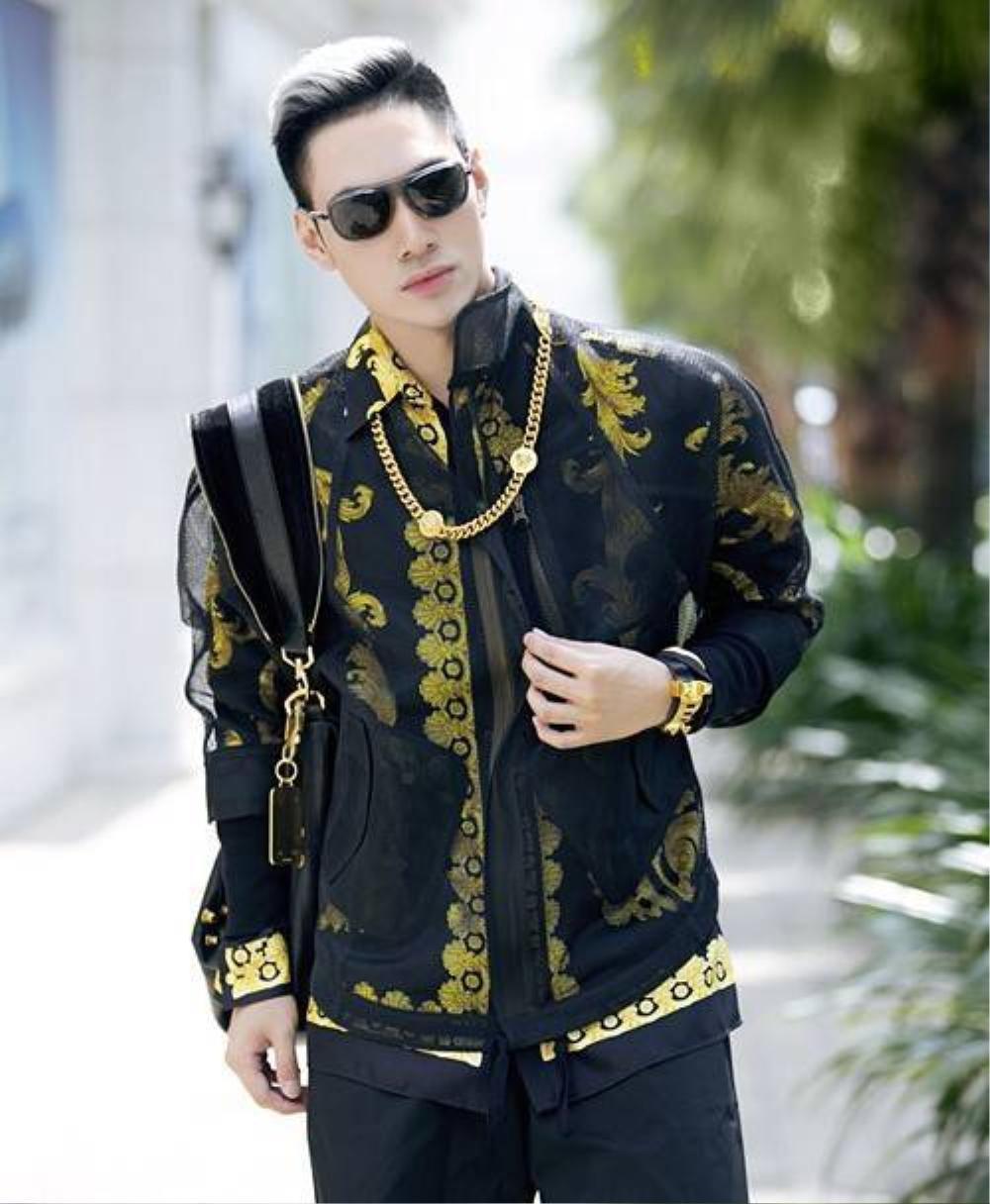 Lý Quý Khánh là người đứng sau nhiều bộ cánh ấn tượng của sao Việt, NTK trẻ tuổi không thể bỏ qua những món phụ kiện trang sức giúp hoàn thiện vẻ ngoài.