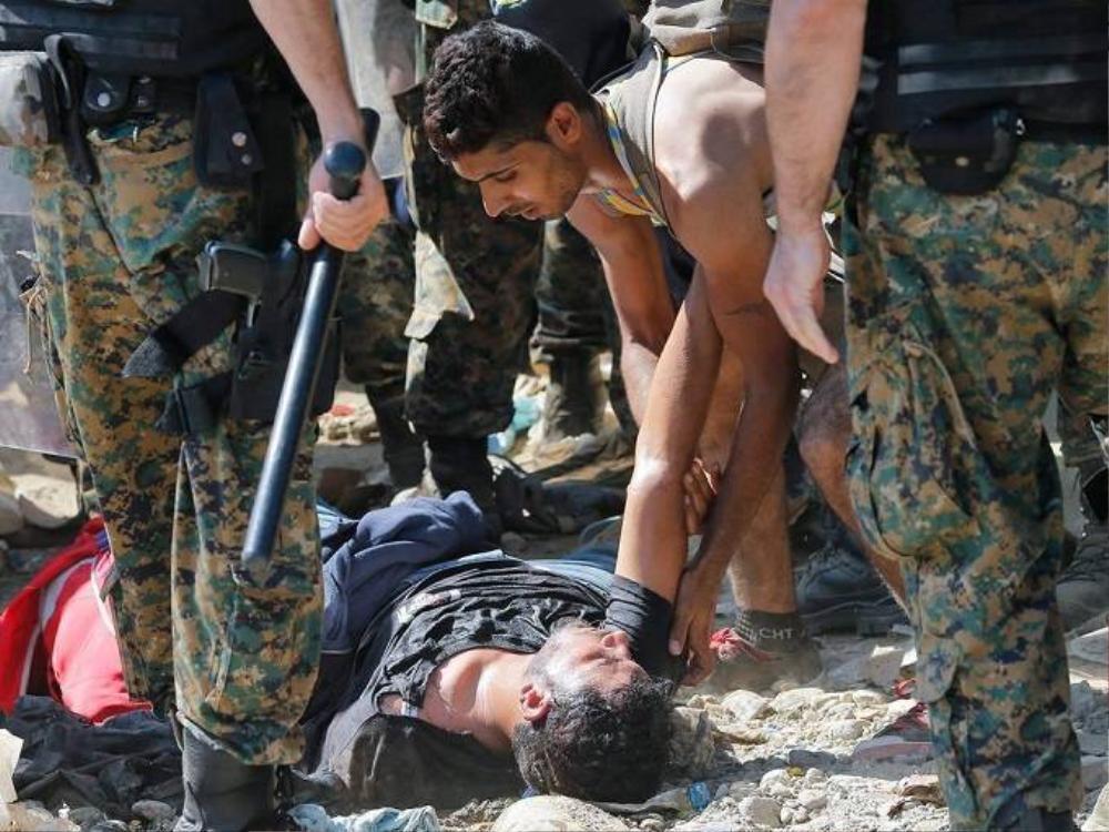 Do kiệt sức vì chạm trán với quân đội, một người đàn ông đã bị ngất.