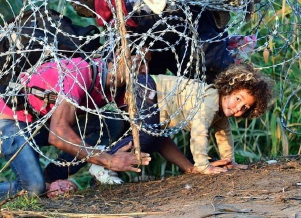 Trước đó, Bộ Quốc phòng Hungary cho biết đã hoàn tất việc dựng hàng rào dây thép gai dọc biên giới nước này với Serbia, nhưng nhiều người vẫn chấp nhận rách da thịt để chui qua.