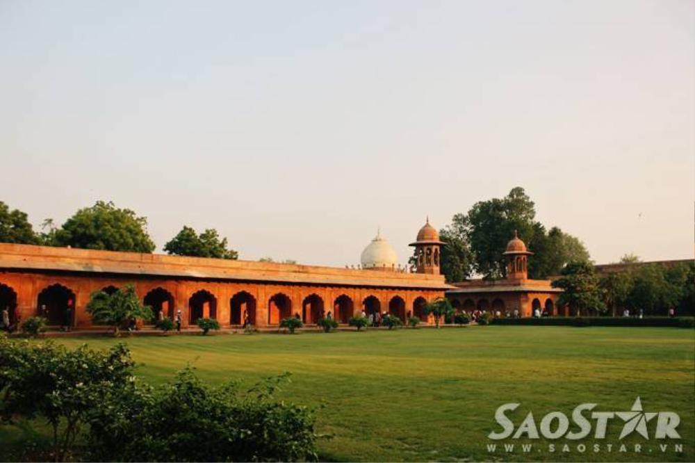 Được xây dựng trên khu đất rộng 304m và dài 580m, Taj Mahal được đánh giá là một trong những kiệt tác của
