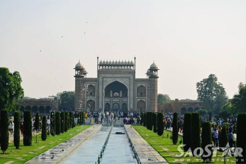 : Bước qua cánh cổng vào đền là một thế giới khác, nó được hòa trộn bởi hoa, nắng và tiếng chim thánh thót. Du khách sẽ đi bộ khoảng 1km từ cổng chính để đến được khu vực lăng mộ chính. Taj Mahal luôn đông khách đến thăm, nên đôi lúc bạn sẽ cảm thấy thật nhỏ bé khi đi giữa dòng người tấp nập, nhưng chắc chắn nó sẽ làm bạn khó quên.
