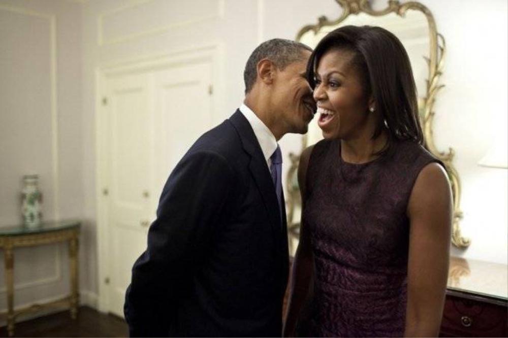 Tổng thống Obama thì thầm vào tai vợ trong phút giải lao giữa các sự kiện tại Hội đồng Bảo an Liên Hiệp Quốc năm 2011.