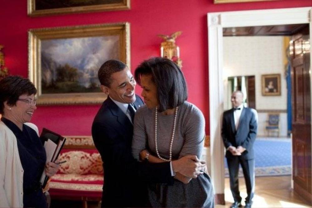 Tổng thống Obama không ngại ngần vòng tay ôm lấy vợ trong Phòng đỏ của Nhà Trắng, tháng 3/2009.