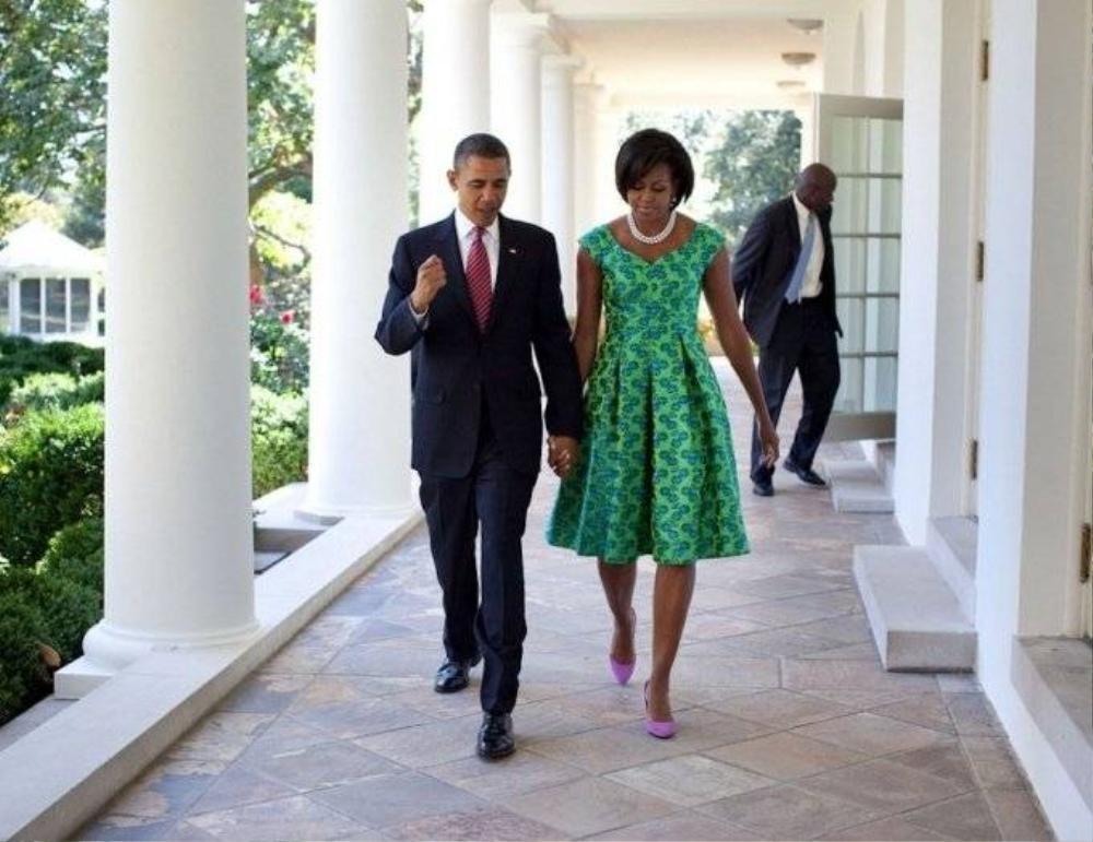 Vợ chồng Tổng thống nắm tay nhau vừa đi vừa nói chuyện dọc hành lang  Nhà Trắng, tháng 9/2010.