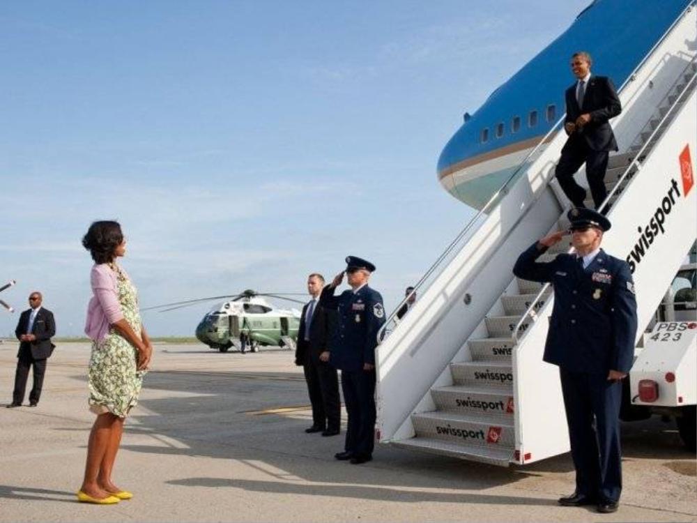 Phu nhân Michelle đứng đón Tổng thống Obama ngay tại sân bay, tháng 6/2012.