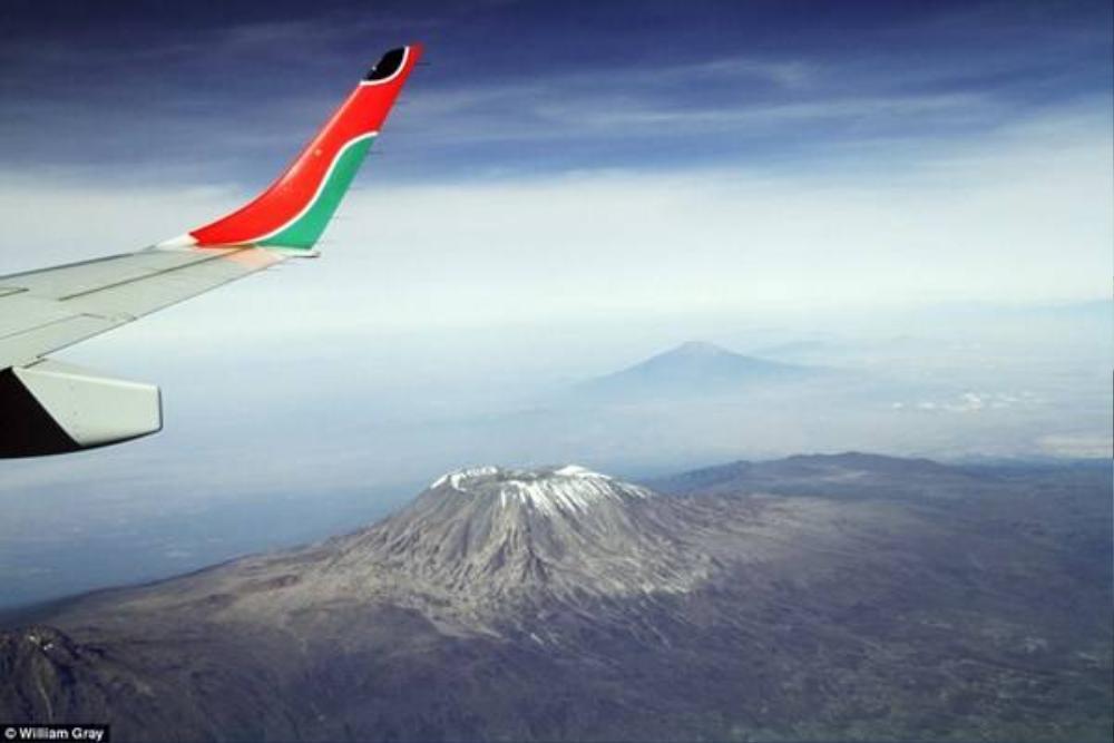 """""""Nóc nhà châu Phi"""" - đỉnh núi Kilimanjaro như đang ở dưới chân bạn."""
