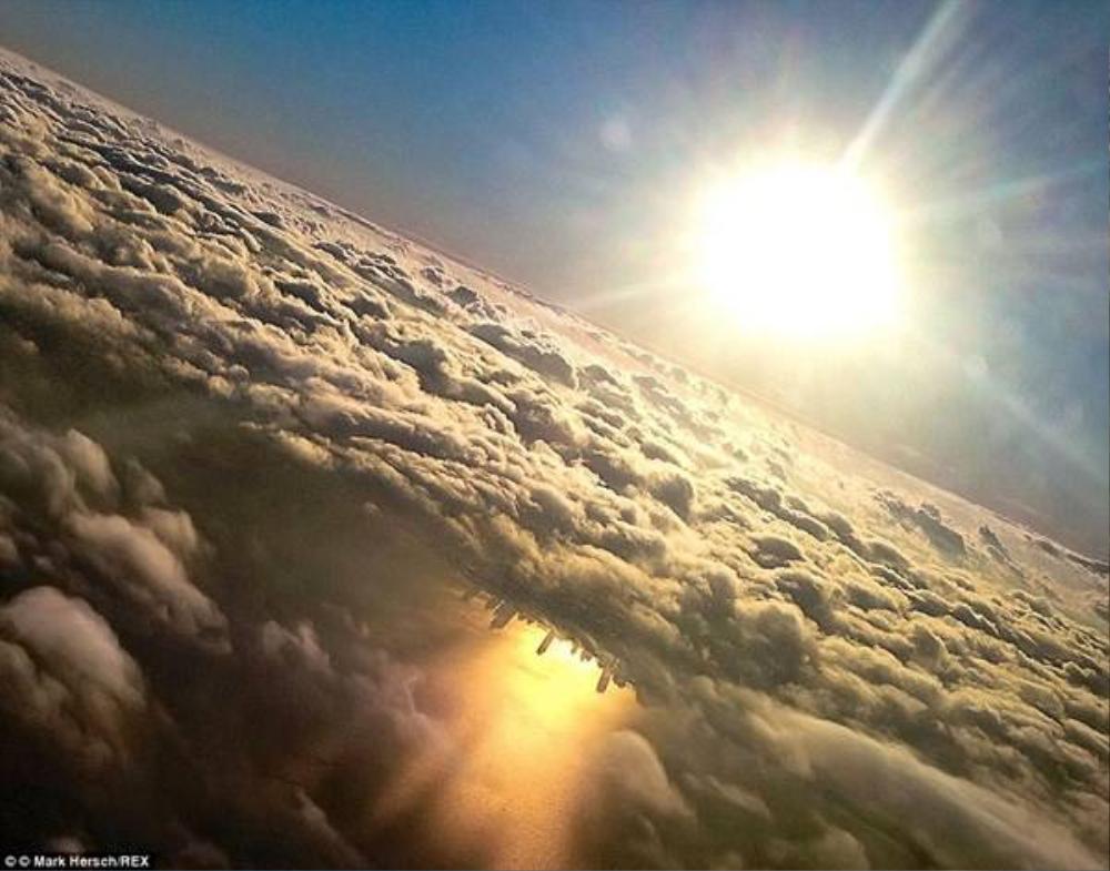 Chắc chắn không một du khách nào muốn bỏ lỡ khung cảnh đẹp đến siêu thực này, khi những tòa nhà cao tầng  ở Chicago, Mỹ phản chiếu xuống hồ Michigan.
