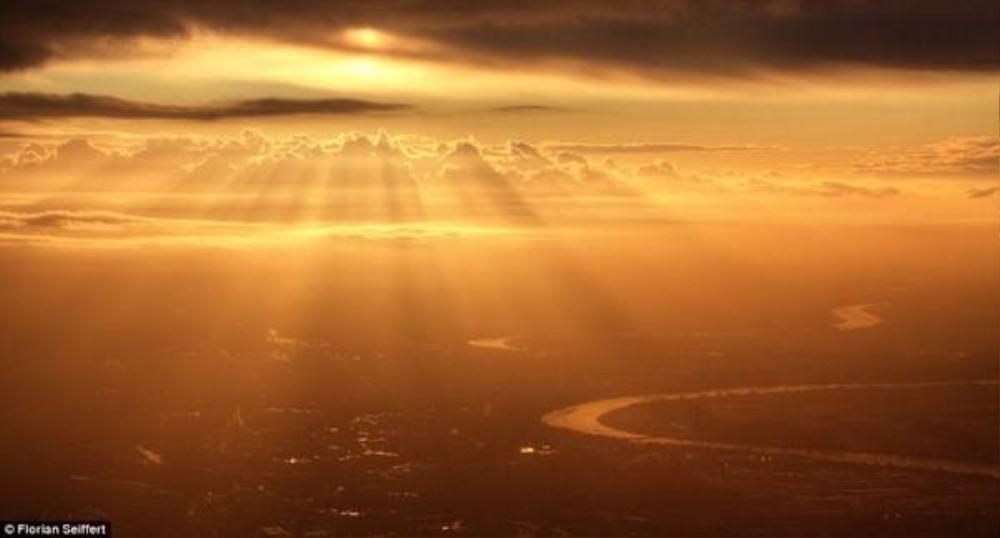 Những tia nắng bình minh đầu tiên chiếu rọi xuống thành phố Dusseldorf, Đức mà du khách Florian Seiffert chụp lại trên một chuyến bay.
