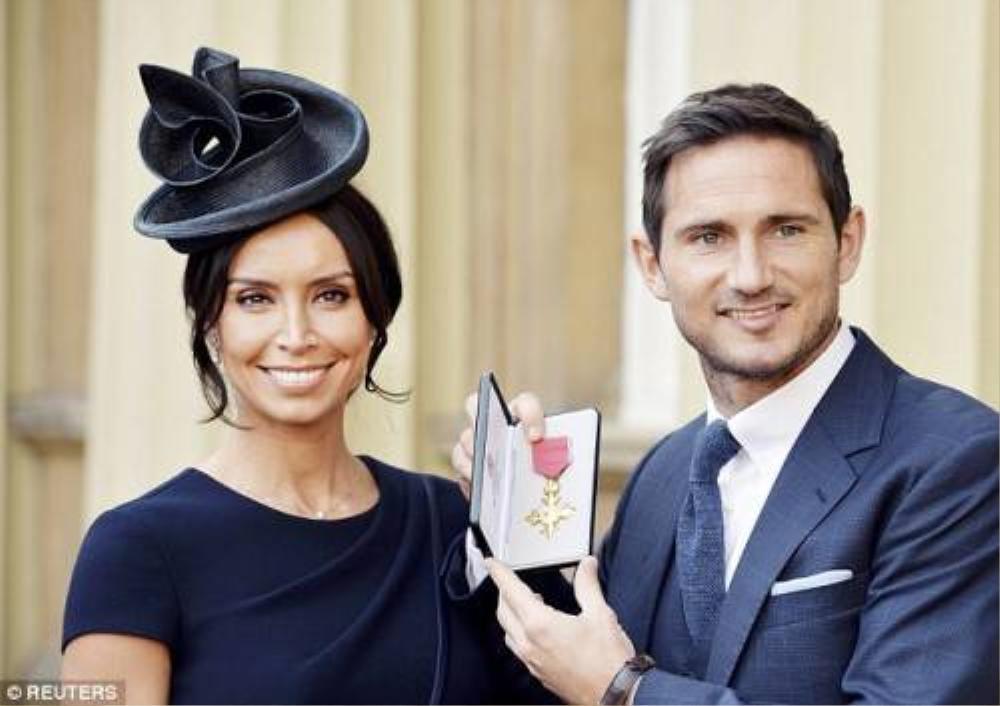 Lampard cùng vợ sắp cưới hạnh phúc bên phần thưởng danh dự.