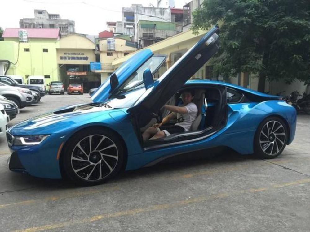 Thiếu gia Trần Sơn, tuy mới 17 tuổi nhưng đã sở hữu riêng chiếc BMW i8 màu xanh duy nhất này.