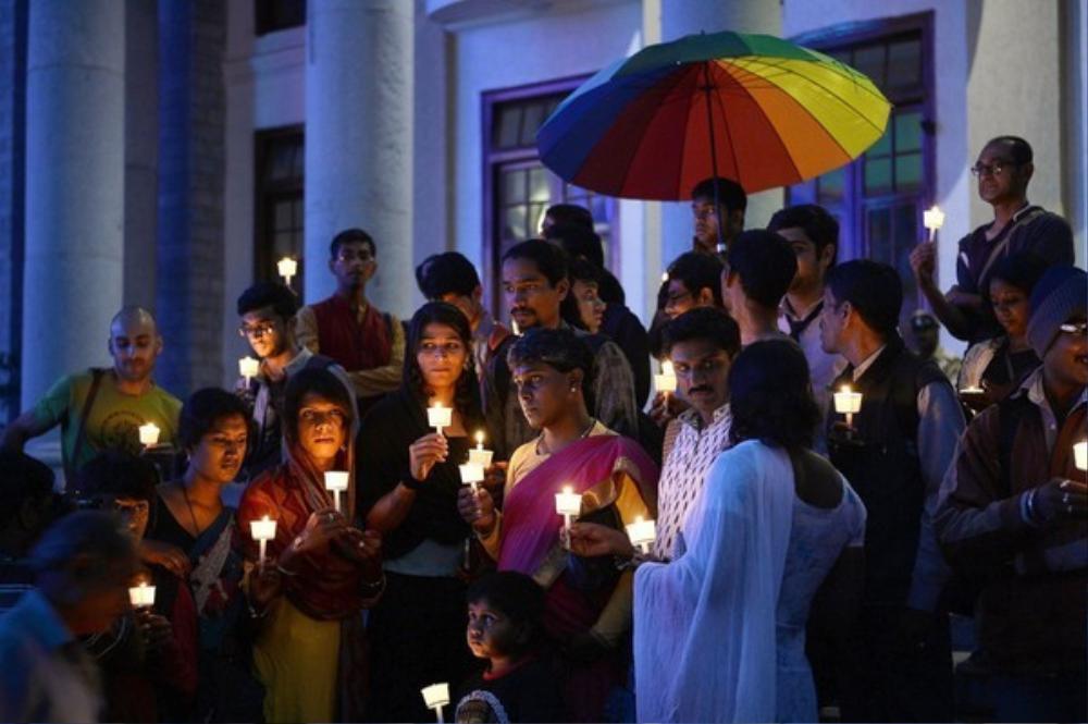 Những người chuyển giới và người ủng hộ quây quần cùng thắp nến để tưởng niệm ngày Người chuyển giới 20/11 tại thành phố Bengaluru, Ấn Độ.