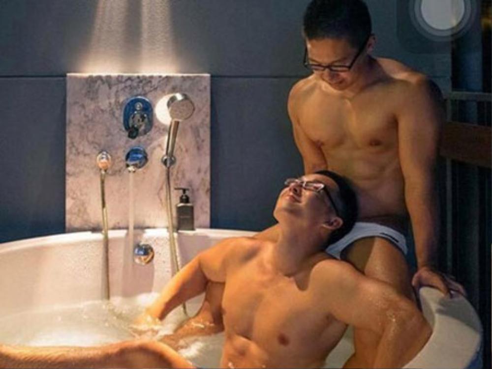 Nhiều hình ảnh mỹ nam đồng tính được trung tâm The Win quảng cáo công khai, rầm rộ trên các trang mạng xã hội.